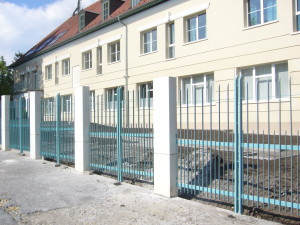 Előkert az új utcai kerítéssel