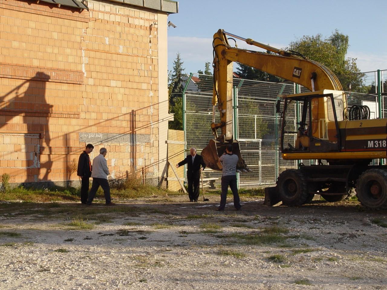 Szentedrei Református Gimnázium tornaterem építés - Az első kapavágás - 2009